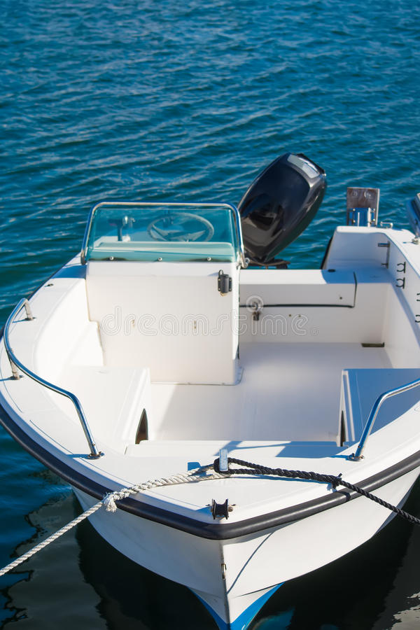 被停泊的白色汽艇 免版税库存照片