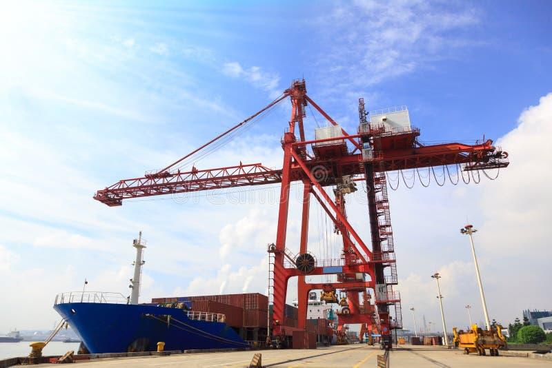 被停泊的集装箱船和起重机在港口 免版税库存照片