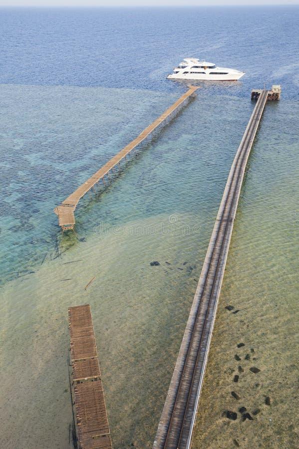 被停泊的马达礁石热带游艇 免版税库存照片