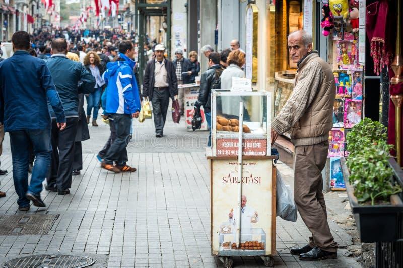 被充塞的丸子的卖主在istiklal街道上的 免版税库存照片
