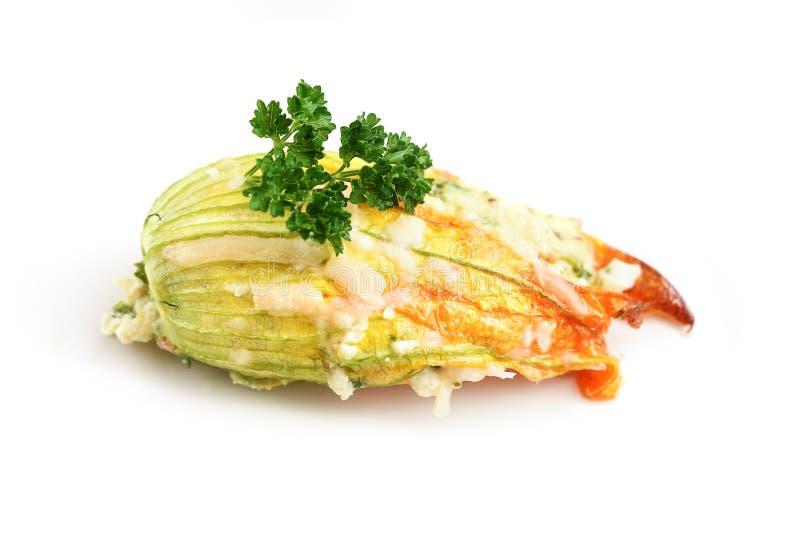 被充塞的夏南瓜或绿皮胡瓜花烘烤了用帕尔马干酪 图库摄影