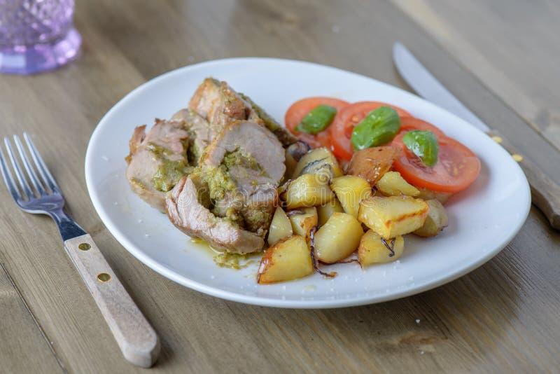 被充塞的猪肉在边的内圆角用蕃茄和蓬蒿在ol 免版税库存图片