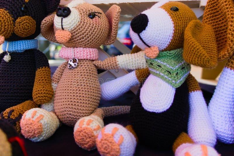 被充塞的玩偶在街道市场卖了 免版税库存照片