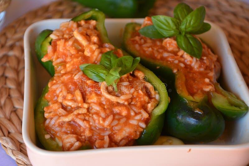 被充塞的绿色甜椒用在碗的绞细牛肉 健康夏天食物 免版税库存图片