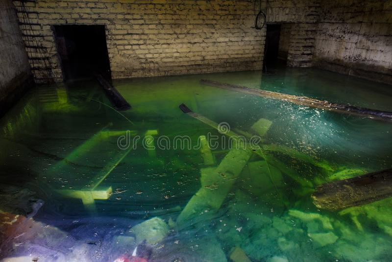 被充斥的室在被放弃的矿 免版税库存照片