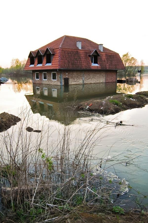 被充斥的房子在河 免版税库存照片