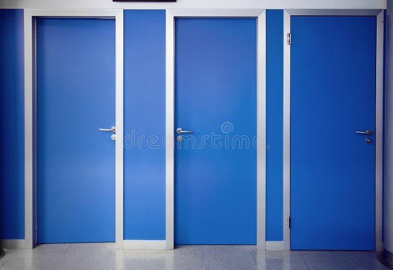 被关闭的三个门 库存图片