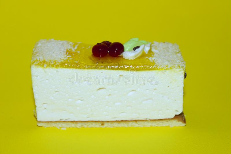 被冠上的射击一可口奶酪蛋糕与奶油和新鲜的红色莓果 库存照片