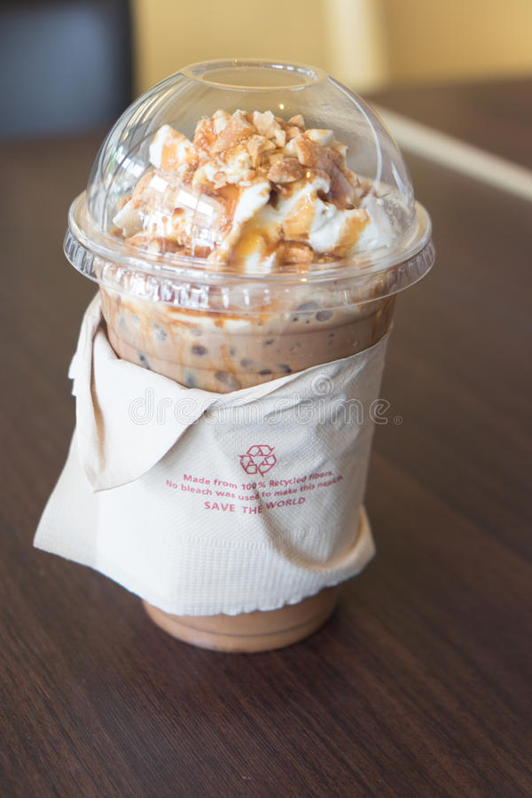 被冰的咖啡拿铁冠上与打好的奶油 免版税图库摄影