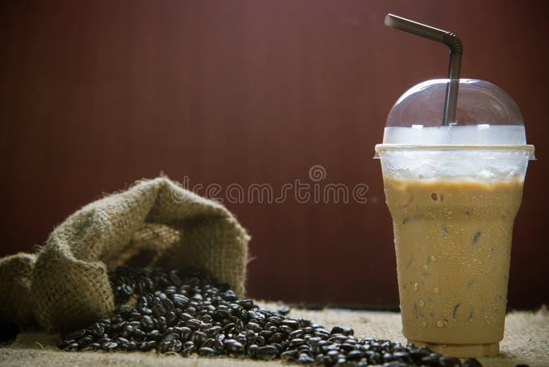 被冰的咖啡用咖啡豆 免版税库存图片