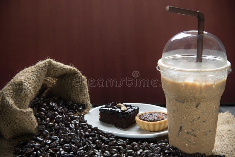 被冰的咖啡用咖啡豆 免版税库存照片