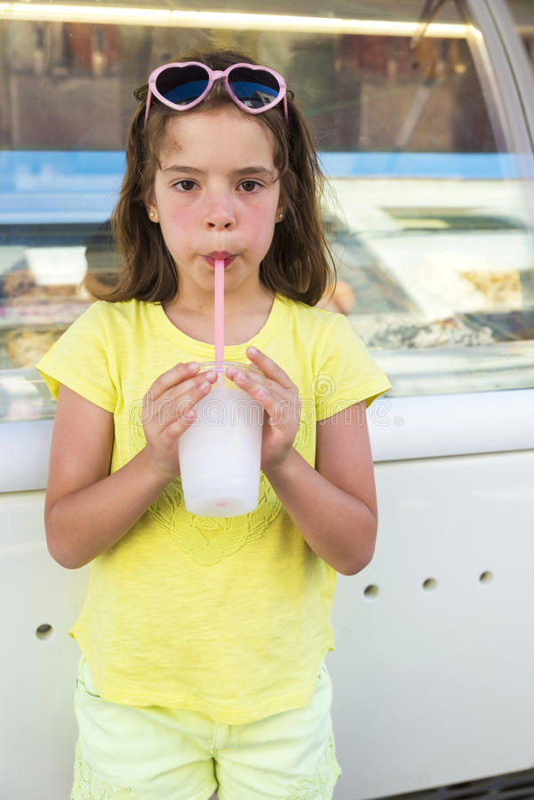 被冰的小女孩饮用的  免版税库存图片