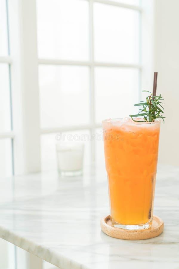 被冰的果汁喷趣酒 库存照片