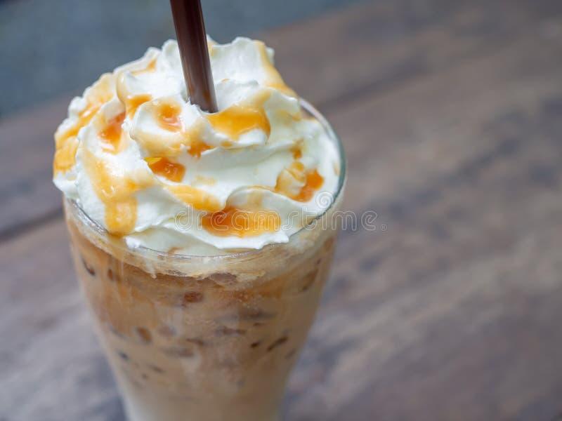 被冰的焦糖macchiato咖啡 免版税库存照片