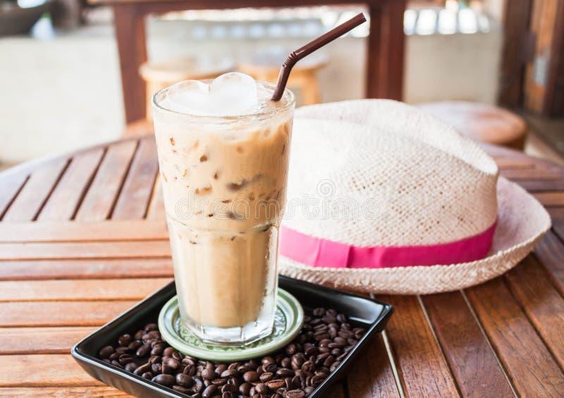 被冰的牛奶咖啡冷玻璃杯与冰的 库存图片