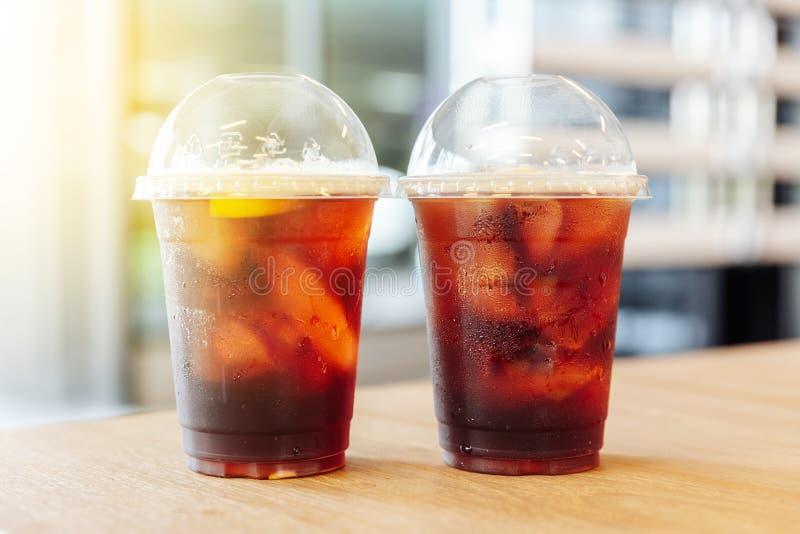 被冰的硝基冷的酿造咖啡用在木桌上的柠檬 免版税库存照片