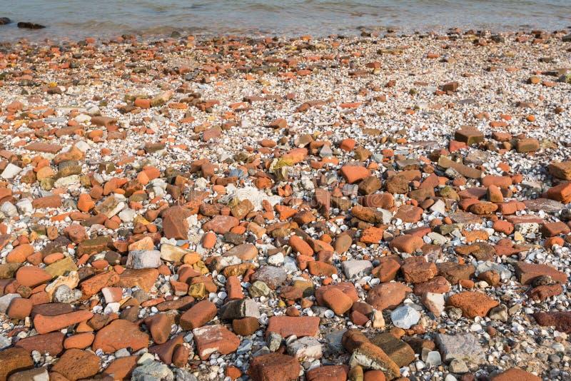 被冲上岸的被环绕的石头 免版税库存图片