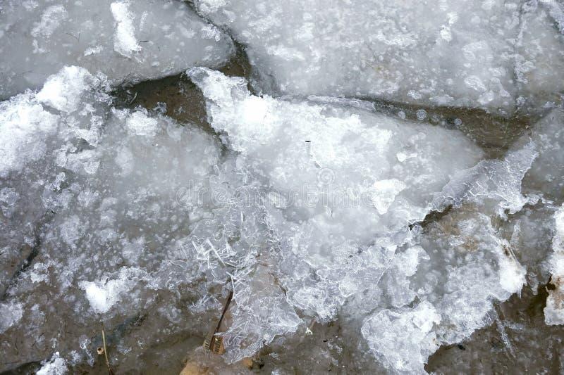 被击碎的冰在水中 免版税库存图片