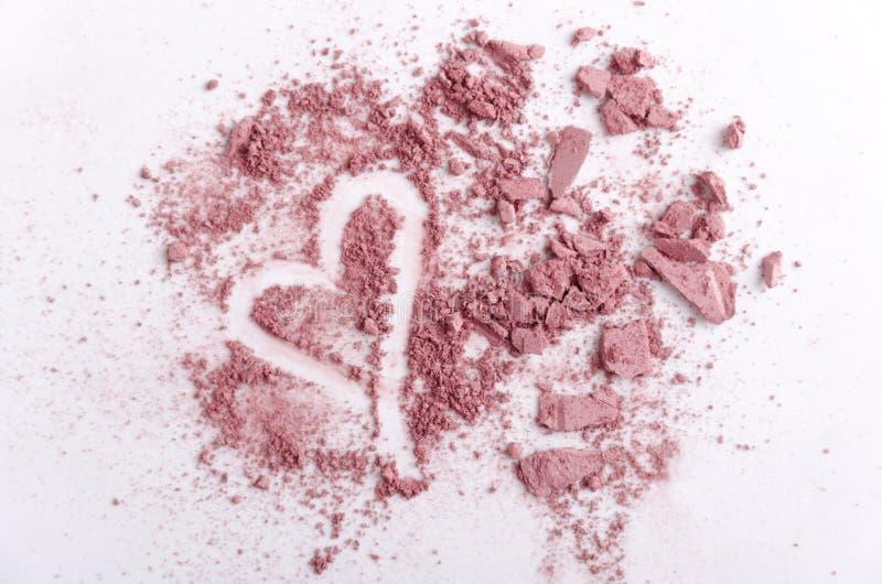 被击碎的化妆品,心脏形状顶视图  爱构成的概念 库存照片