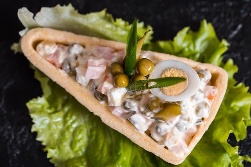 被分类的三明治顶视图用长方形宝石面包、乳酪、火腿、鸡蛋、hummus和素食者 在木桌上的健康快餐 免版税库存图片