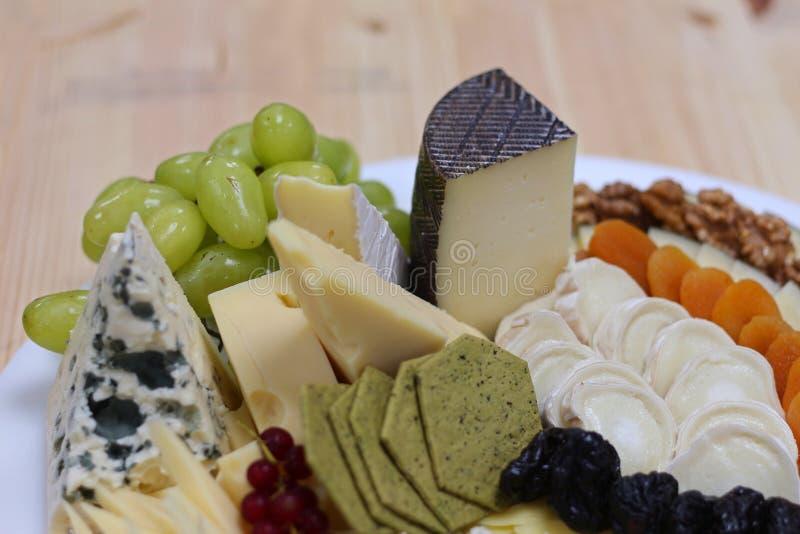 被分类的乳酪盛肉盘 免版税图库摄影