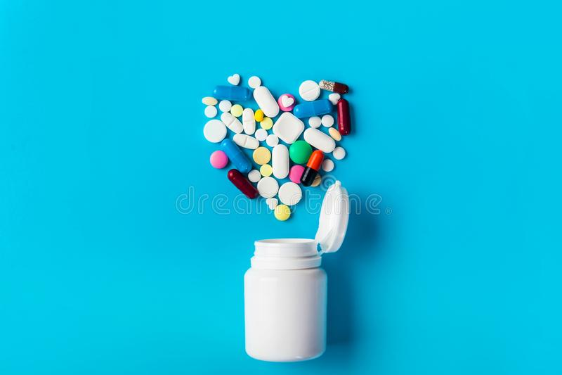 被分类的医学药片、片剂和瓶药片 免版税图库摄影