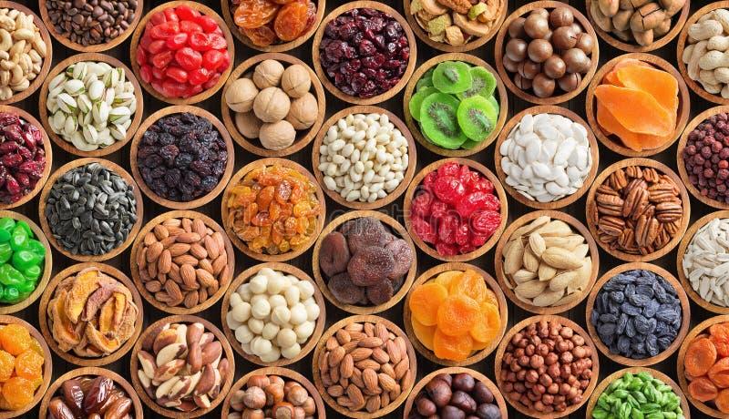 被分类的坚果和干果背景 在木碗的有机食品,顶视图 免版税图库摄影