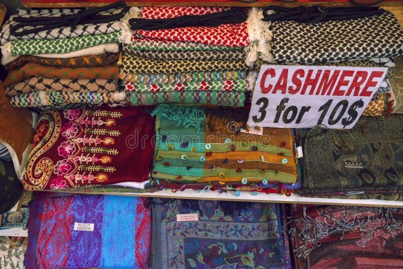 被分类的堆五颜六色的装饰开士米围巾和披肩 免版税库存照片