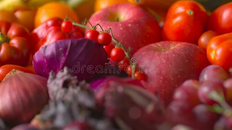 被分类的新鲜的成熟水果和蔬菜 食物概念背景 免版税库存图片