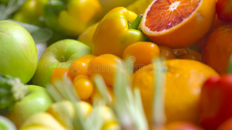 被分类的新鲜的成熟水果和蔬菜 食物概念背景 免版税库存照片