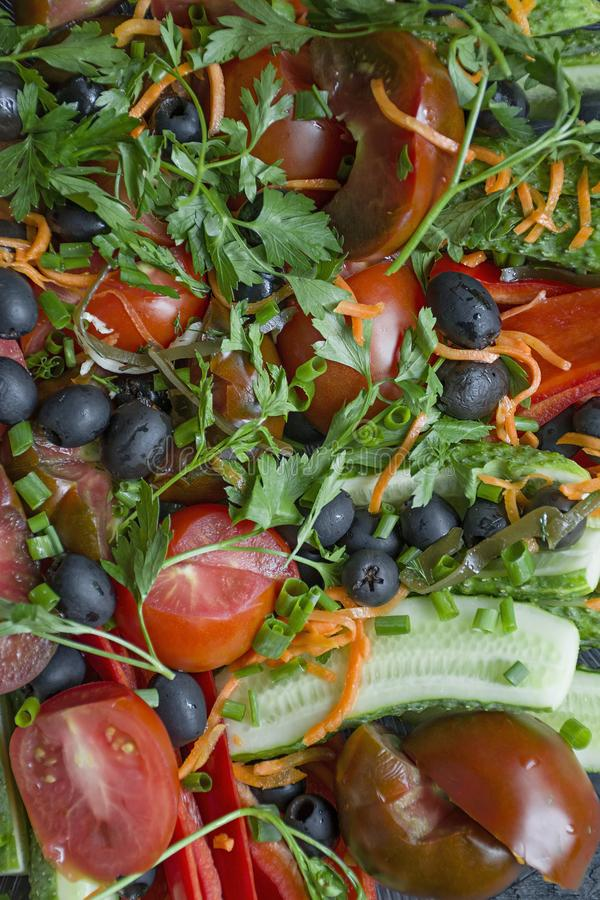 被分类的新鲜蔬菜关闭  设置为沙拉 黄瓜,蕃茄,甜椒,绿色,橄榄 o 黑暗木 库存图片