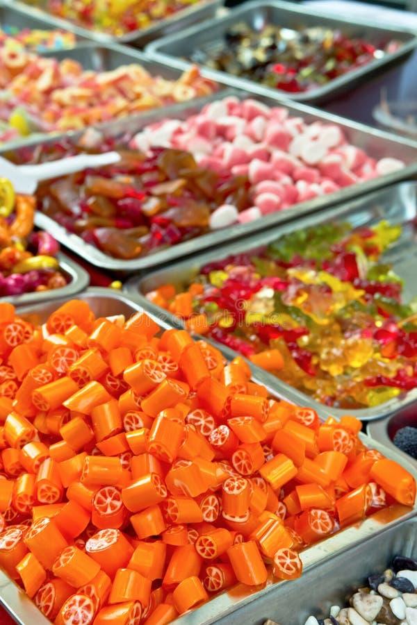 被分类的糖果五颜六色的糖果在圣诞节市场上 免版税库存照片