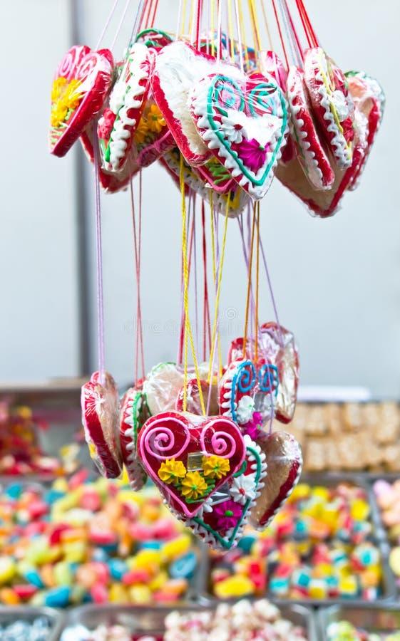 被分类的糖果姜面包在市场上混合五颜六色的糖果 库存照片