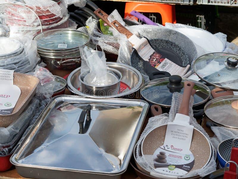 被分类的罐和平底锅在露天街市摊位 免版税库存图片
