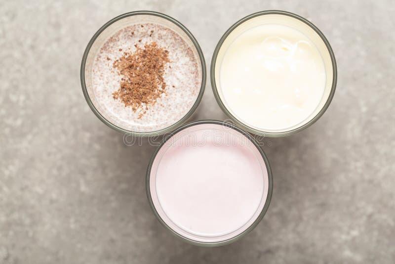 被分类的蛋白质鸡尾酒 草莓、香蕉和巧克力蛋白质震动 体育营养和健康生活方式概念 图库摄影