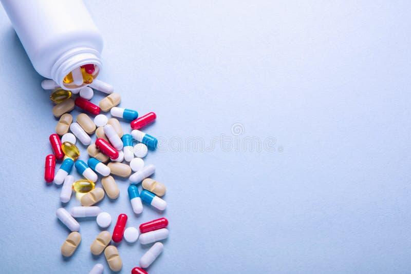 被分类的配药医学片剂和胶囊 堆积在白色背景的各种各样的医学药片不同颜色 免版税库存照片