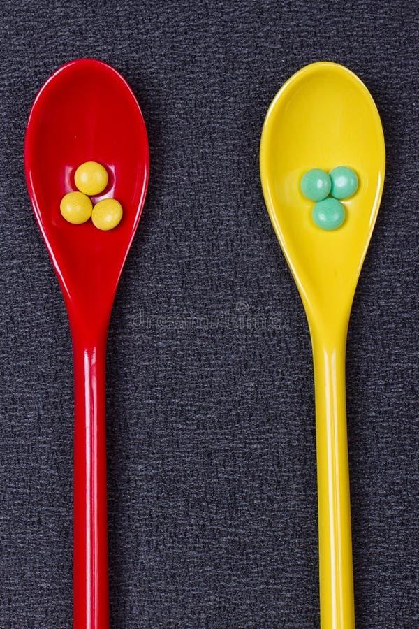 被分类的配药医学药片、片剂和胶囊在匙子 免版税库存照片