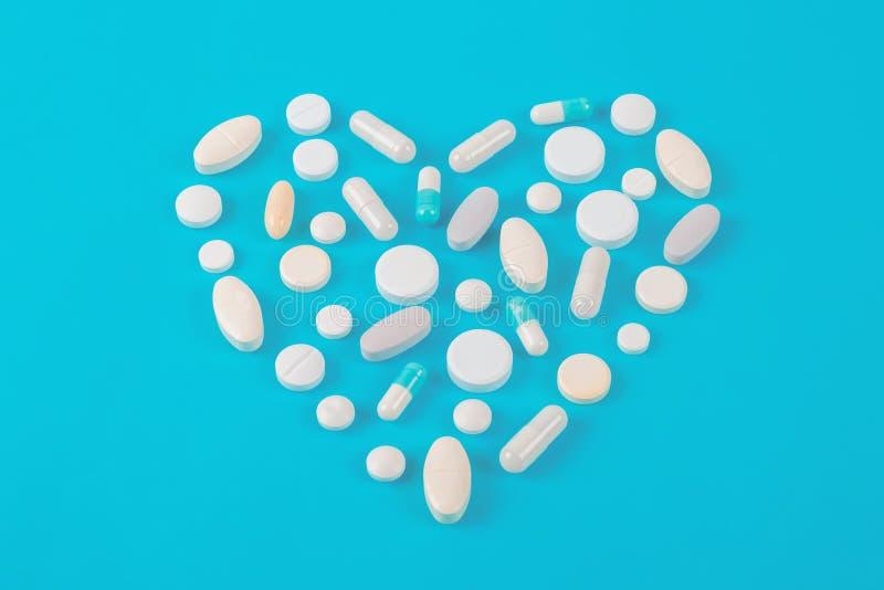 被分类的配药医学药片、片剂和胶囊在蓝色背景 库存图片