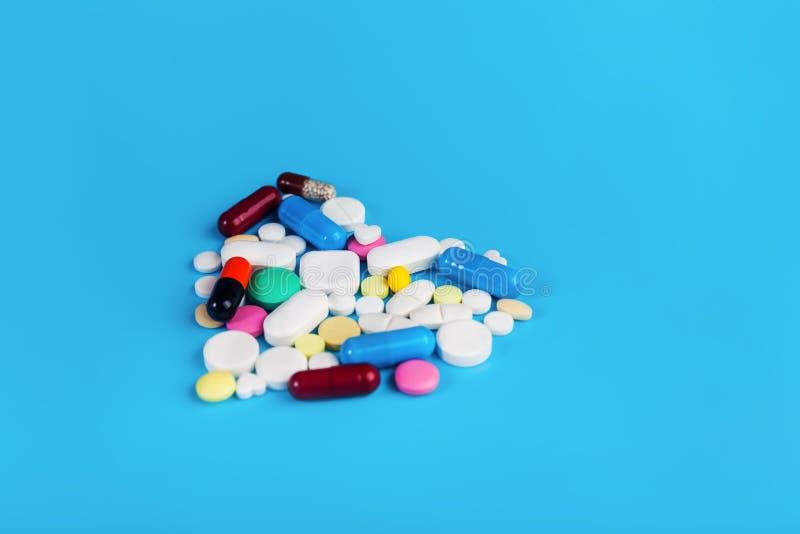 被分类的配药医学药片 重点查出的形状蕃茄白色 库存图片