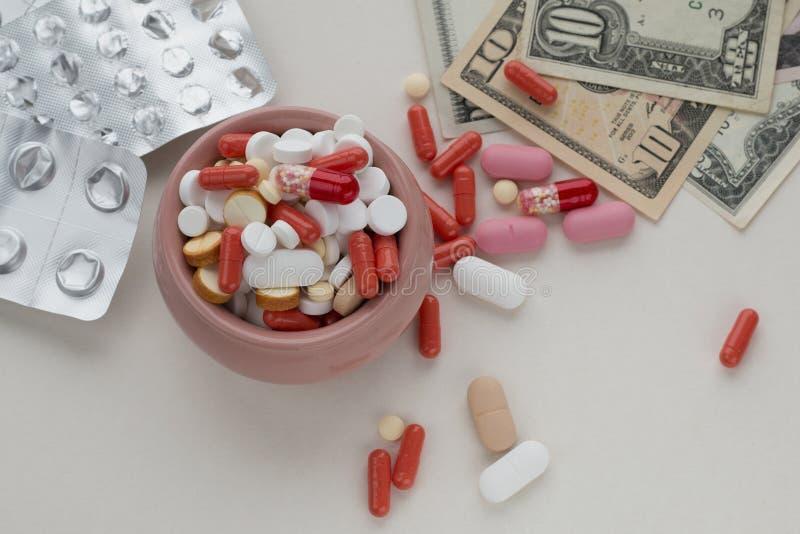 被分类的配药药片、空的天线罩包装和美金 库存图片