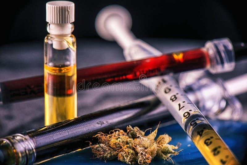 被分类的大麻上油有CBD,活树脂和其他的容器 免版税库存图片