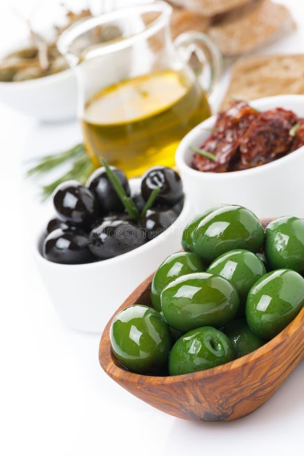 被分类的开胃小菜-橄榄,腌汁,橄榄油,新鲜的迷迭香 库存图片