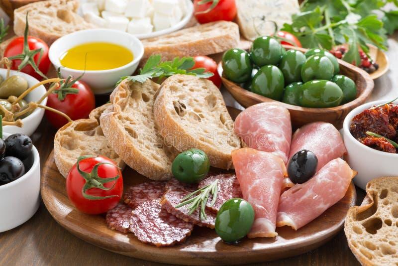 被分类的意大利开胃小菜-熟食店肉、新鲜的干酪和橄榄 免版税库存照片