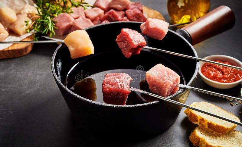 被分类的新鲜的瘦肉准备好涮制菜肴 免版税库存图片