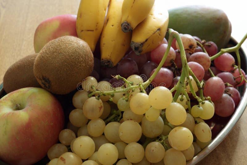 被分类的果子金属盘子  库存照片