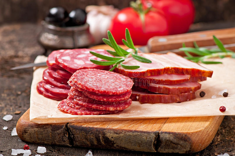 被分类的熟食店肉和迷迭香 免版税库存照片