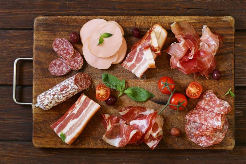 被分类的熟食店肉-火腿,香肠,蒜味咸腊肠,帕尔马,熏火腿 免版税库存图片