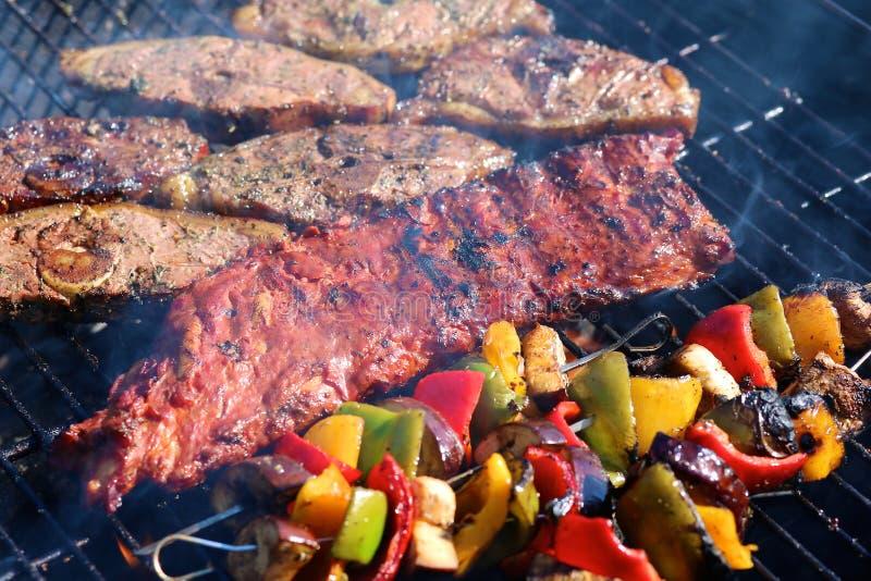 被分类的肉和菜在格栅 免版税库存图片
