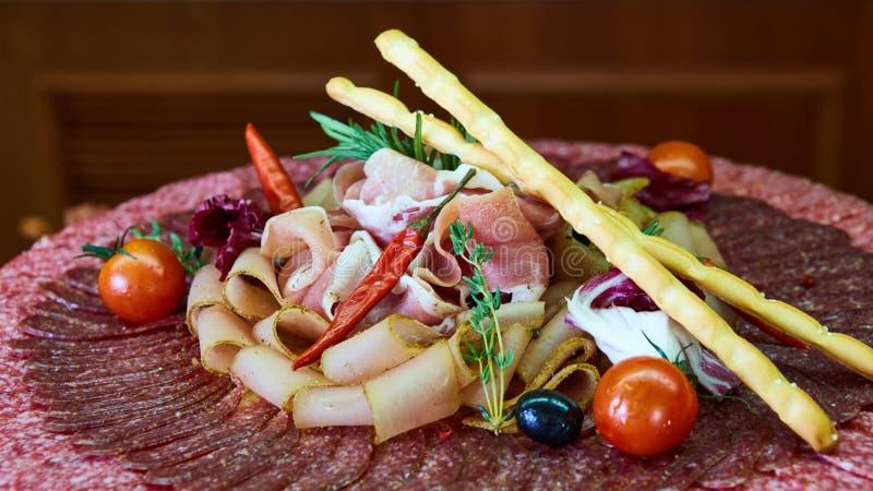 被分类的肉和香肠、橄榄和香料,特写镜头 免版税库存图片