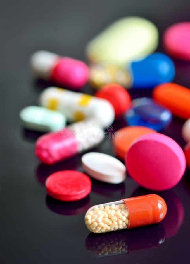 被分类的药片和胶囊 免版税库存图片